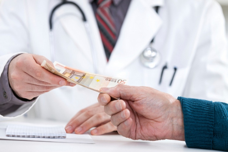 Скільки українців дають хабарі лікарям,…