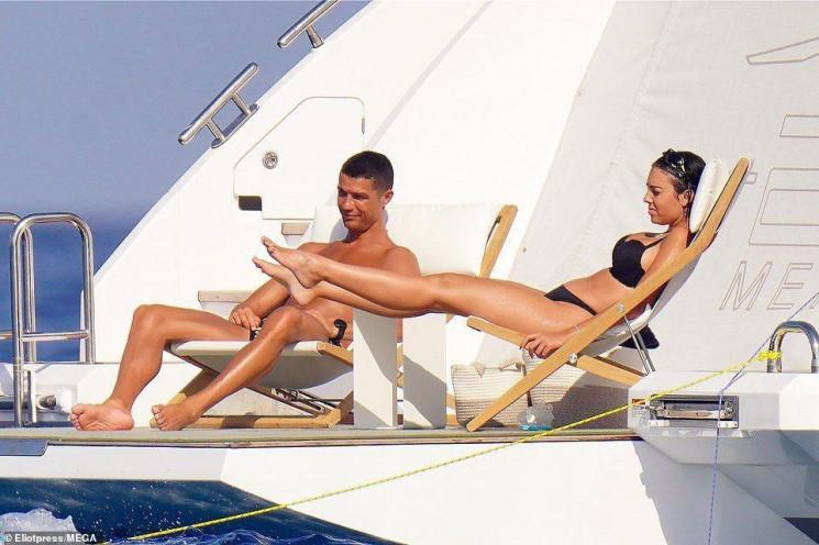 Море, розкішна яхта і сексуальна подружк…