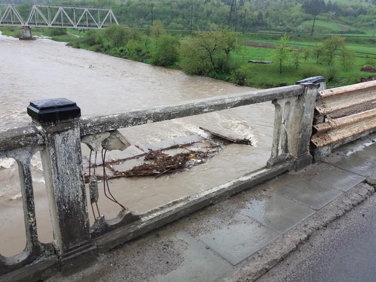 На Львовщине в реку упал мост…