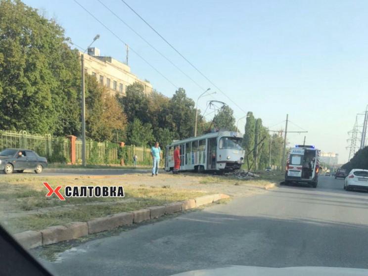 В Харькове трамвай сошел с рельсов, слом…