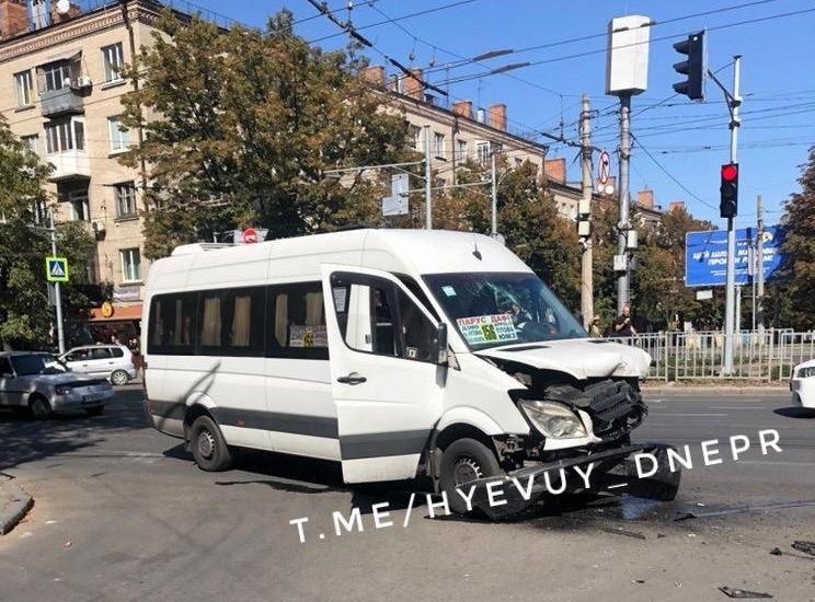 У Дніпрі на перехресті розбилися дві мар…