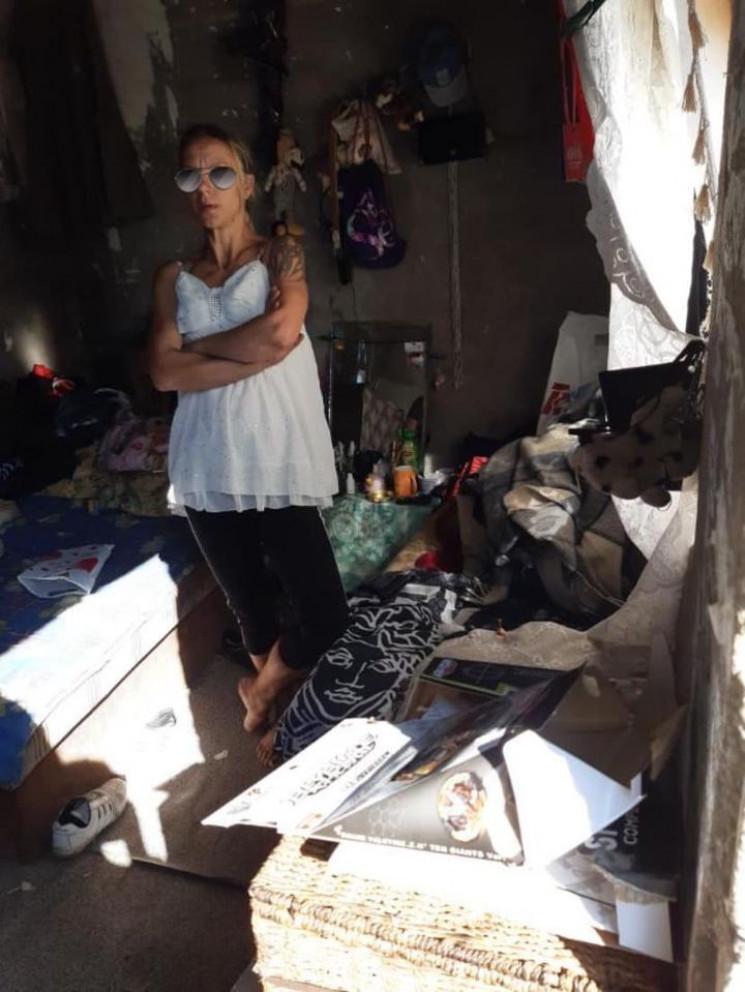 Жінка з малолітнім сином живе в покинуто…