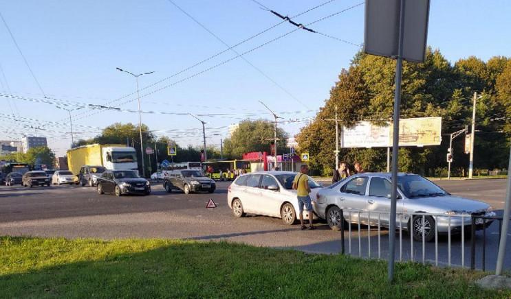 У Львові ДТП заблокувала рух на важливом…
