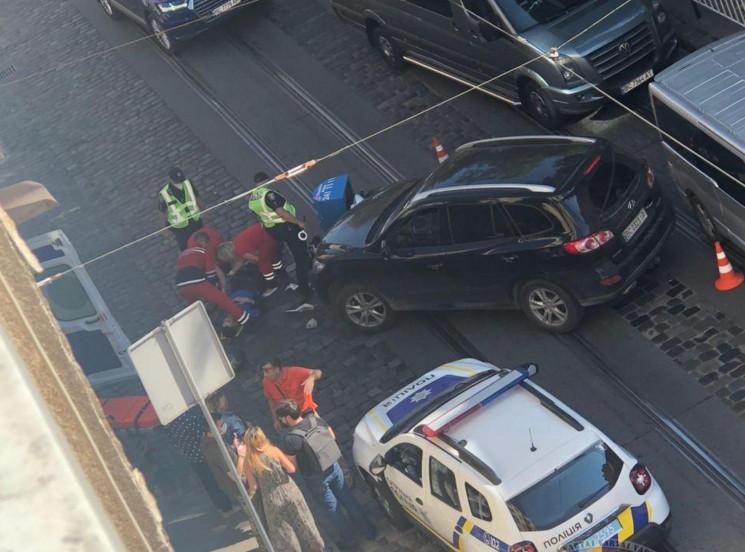 У центрі Львова автомобіль збив кур'єра,…