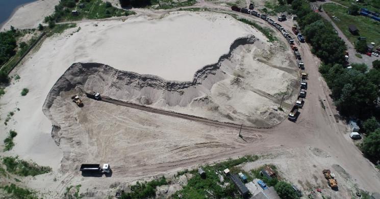 В Киеве дельцы добывают песок на участке…
