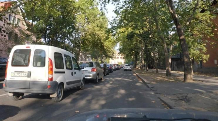 В центре Николаева машины стоят в многоч…