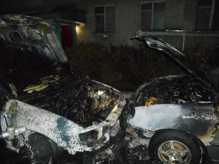 На Херсонщине ночью горели два автомобил…