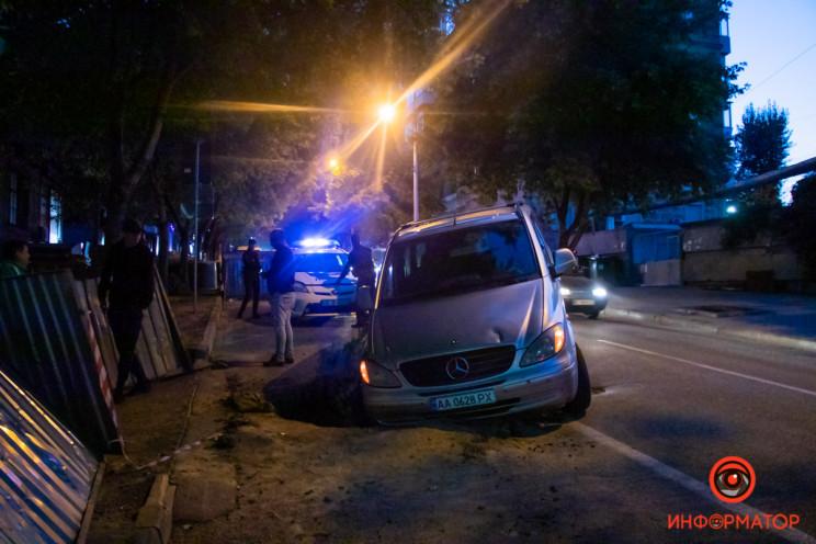 У центрі Дніпра автівка провалилась у ям…