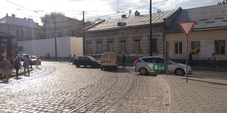 У Львові автомобілі зіткнулися біля база…