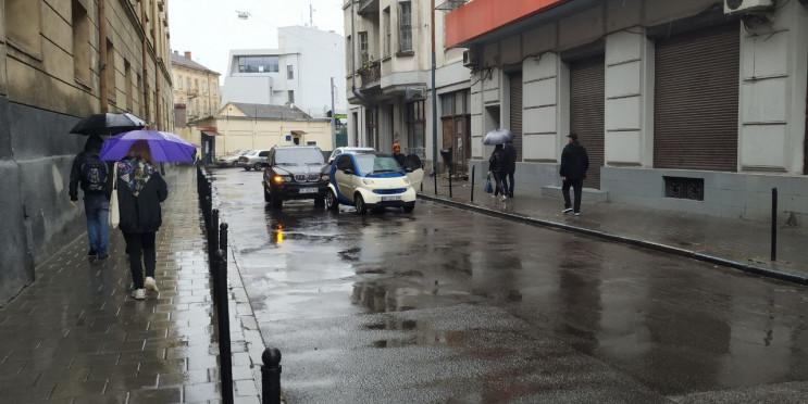 У Львові автомобілі зіткнулися і заблоку…