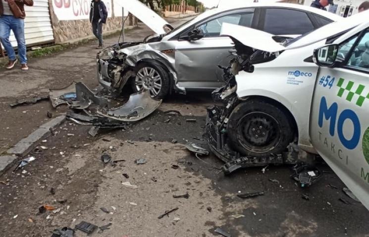 В Ужгороді у ДТП потрощилися два автомоб…