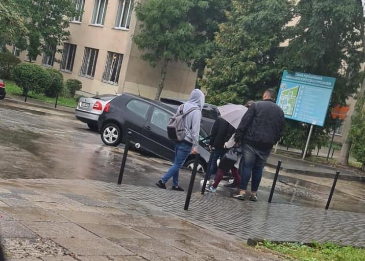 В центре Львова провалился автомобиль (Ф…