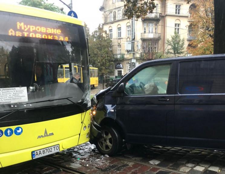 У центрі Львова в ДТП потрапив великий а…