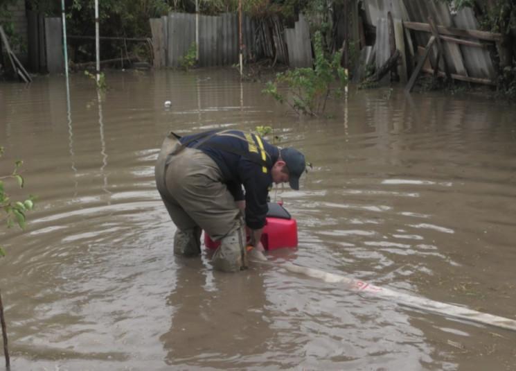 Херсон затоплен ливнем, спасатели откачи…