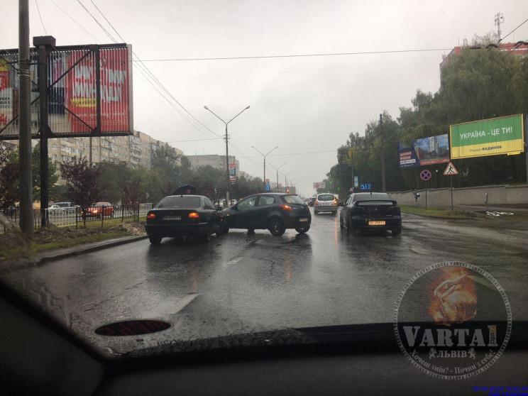 У Львові автомобілі зіткнулися на магіст…