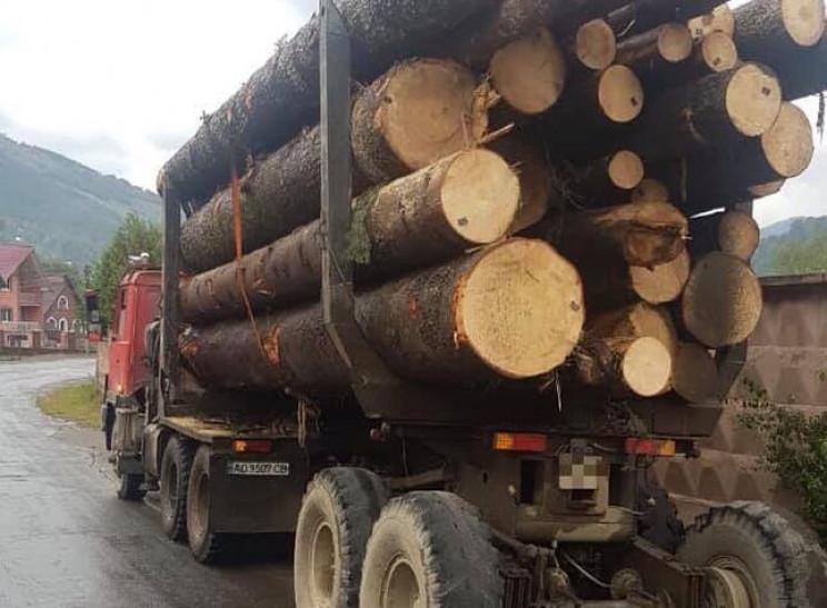 На Рахівщині арештували авто з деревиною…