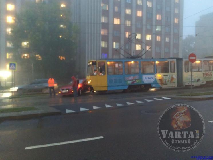 На Сихові зіткнулися трамвай і автомобіл…