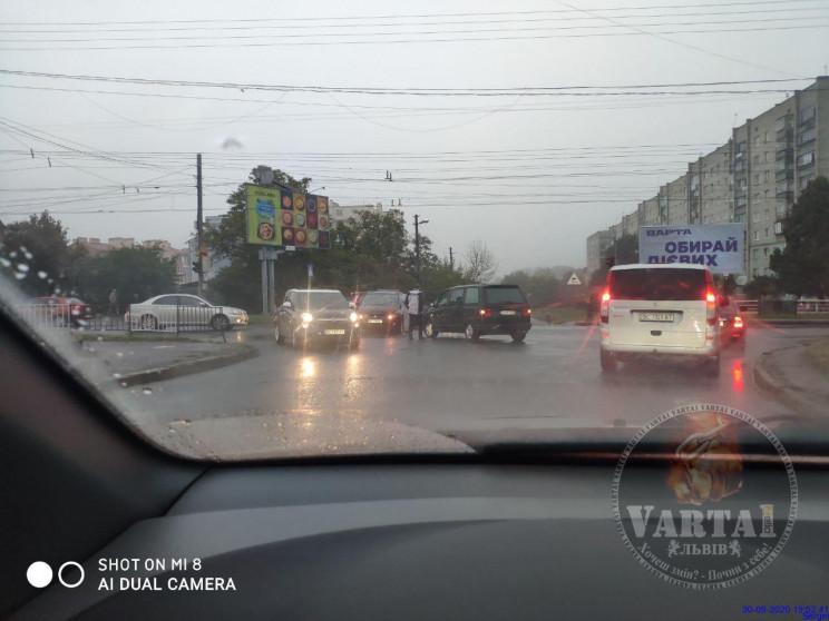 """На """"зайчику"""" зіткнулися автомобілі (ФОТО…"""