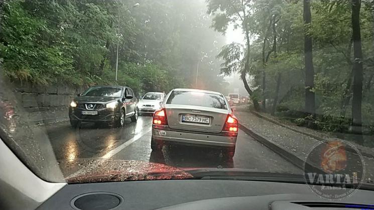 У Львові зупинився рух транспорту через…
