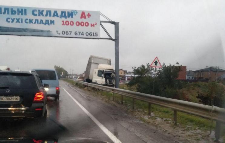 Около Львова водитель грузовика заснул з…