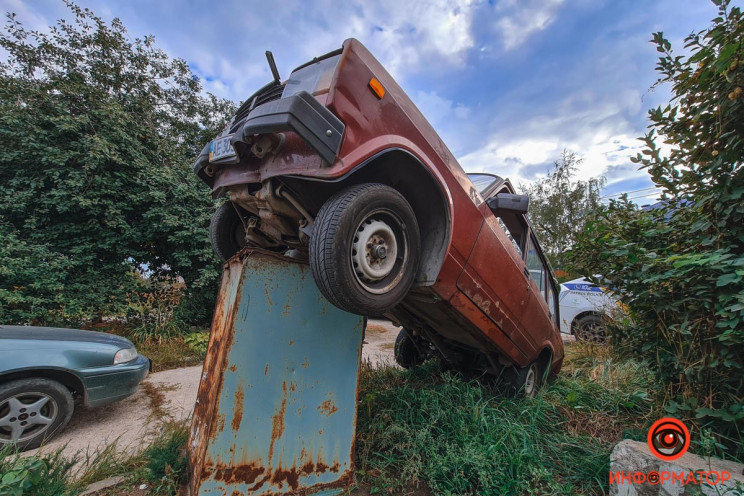 У Дніпрі автівка заїхала на сміттєвий ба…