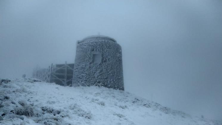 На високогір'ї Карпат вирує зимова негод…