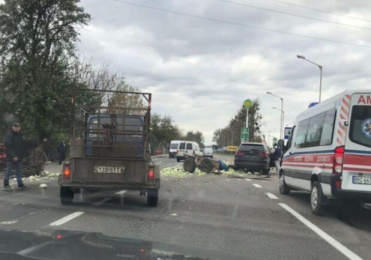 Біля Львова засипало дорогу капустою (ФО…