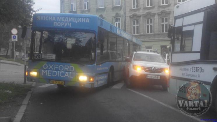 У центрі Львова зіткнулися автомобіль та…