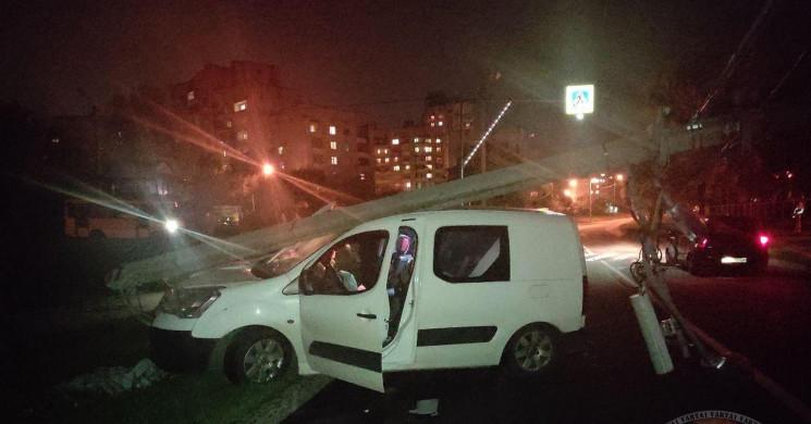 У Львові автомобіль збив стовп (ФОТО)…