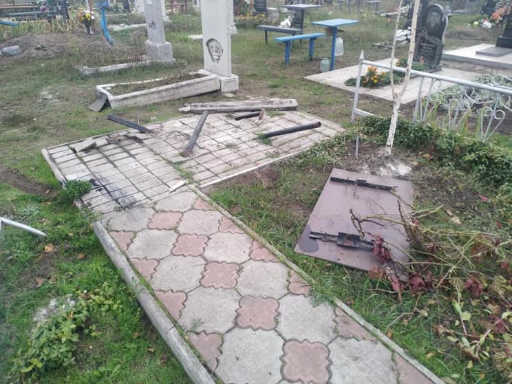 В Днепре водитель разбил машину на кладб…