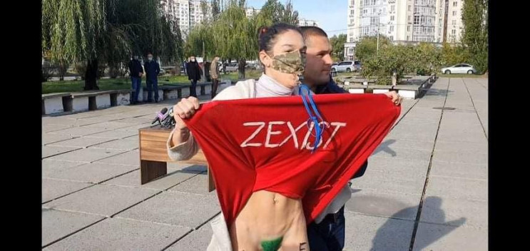 Учасниця FEMEN задерла спідницю перед Зе…