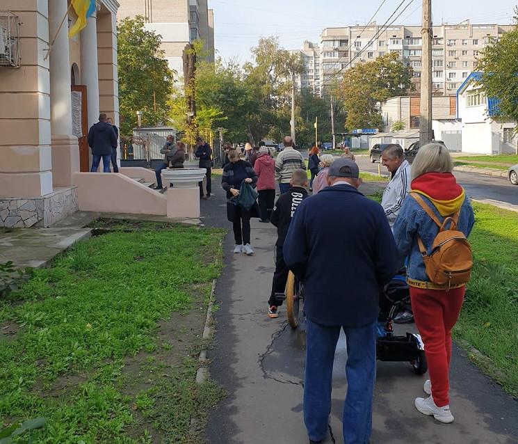 В Николаеве люди идут с избирательных уч…