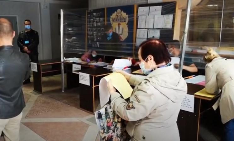 Из-за тесноты кабинок избиратели в Кропи…