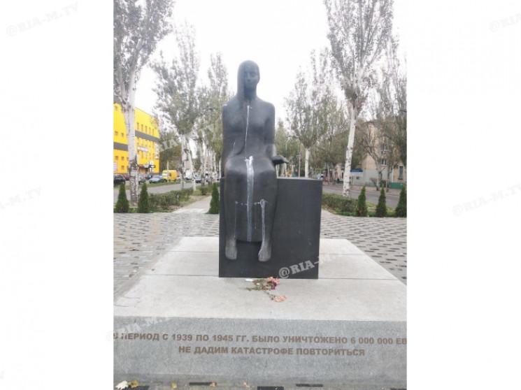 В Запорожской области облили кефиром пам…