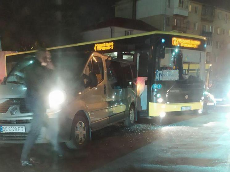 У Львові зіткнулися мікроавтобус і велик…