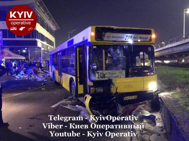 У Києві автобус на повній швидкості наїх…