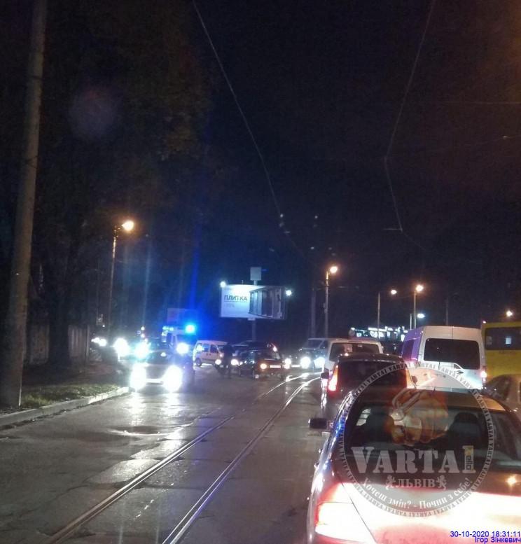 У Львові на перехресті зіткнулися автомо…