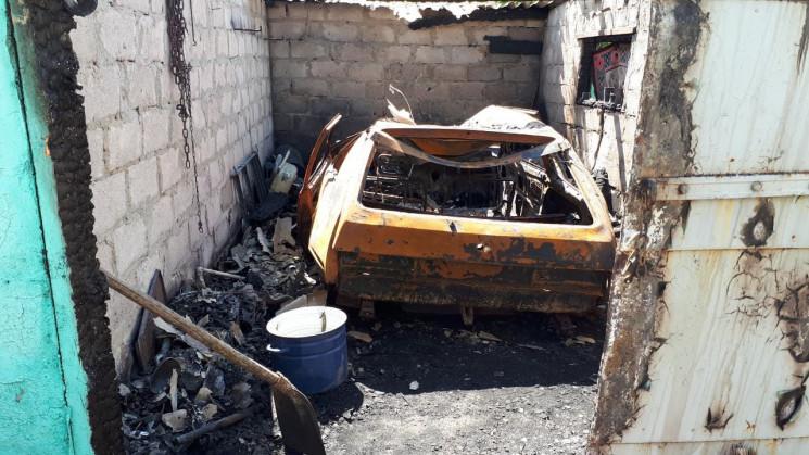 На Запоріжжі згорів гараж з автівкою все…