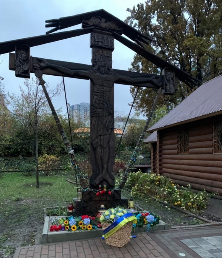 Зеленський вшанував кошиком з квітами па…