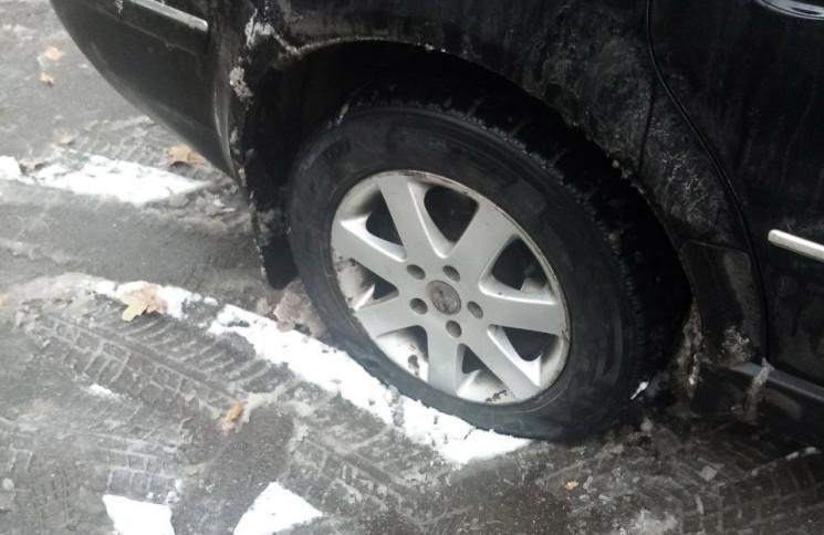 У Полтаві спостерігачу порізали шини на…