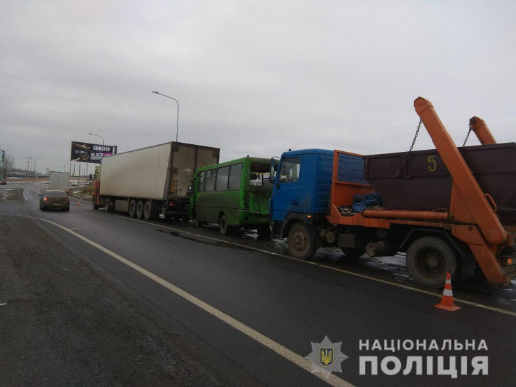 На автотрасі в Харкові врізалися дві ван…