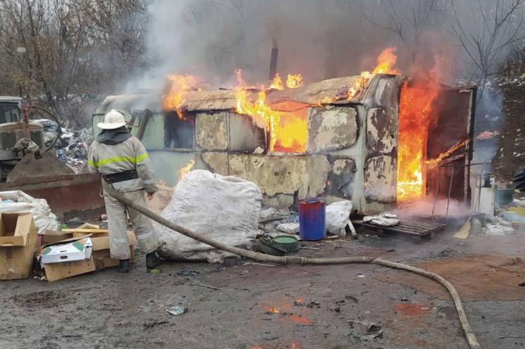 На Харківщині спалахнув вагончик на сміт…
