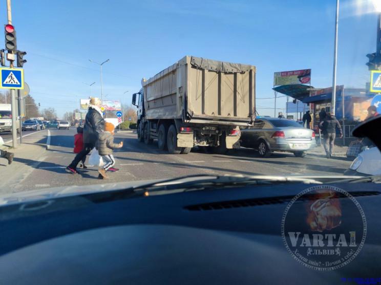 На виїзді зі Львова зіткнулися автомобіл…