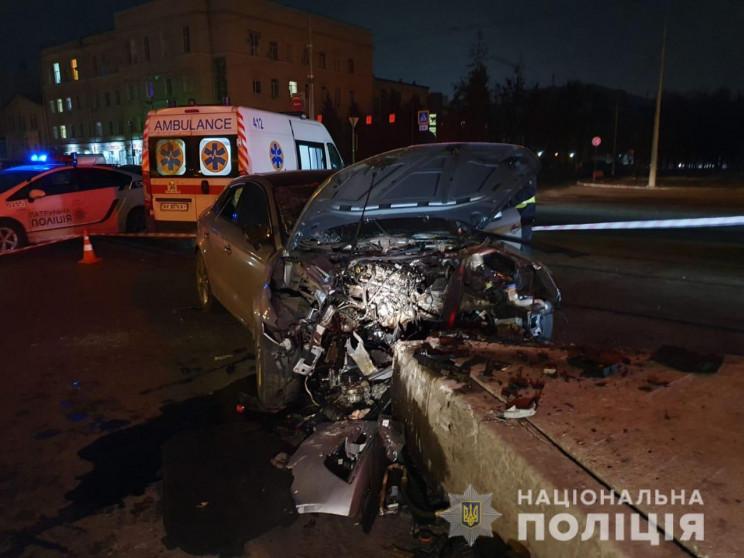 В Харькове автомобиль на высокой скорост…