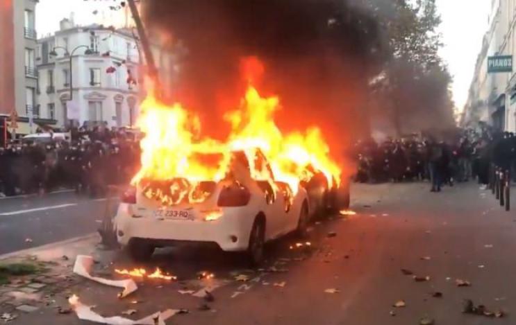В Париже протестующие начали жечь автомо…