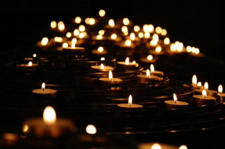 Харьковчане зажгли свечи в память о жерт…