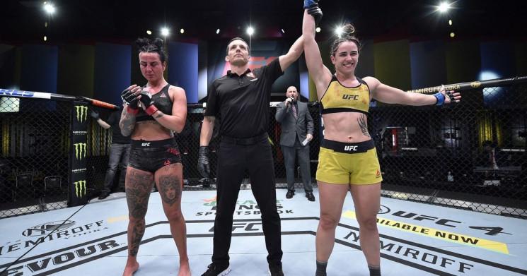У девушки-бойца UFC во время поединка об…