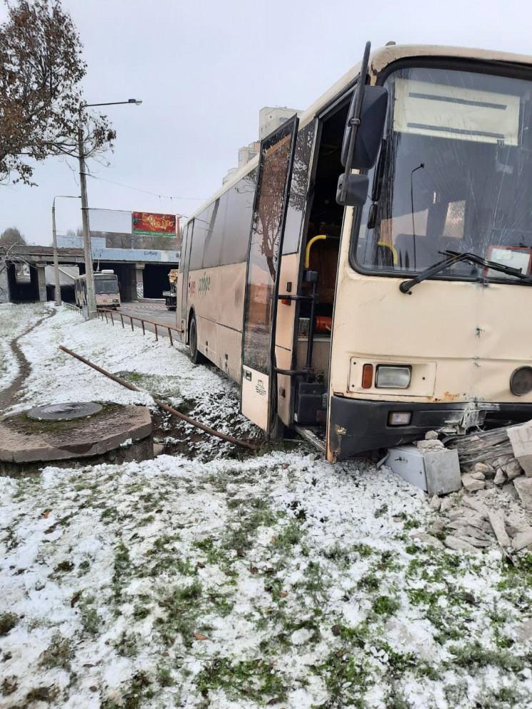 У Запоріжжі автобус протаранив електрооп…