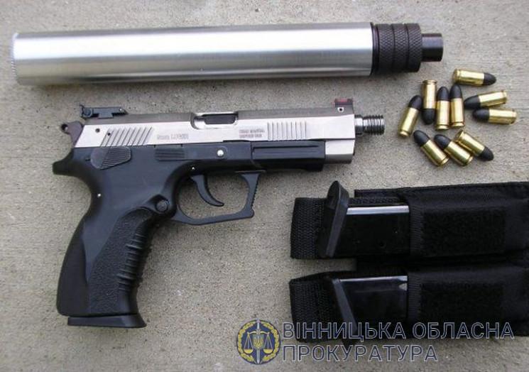 За оборудки зі зброєю і наркотиками троє…