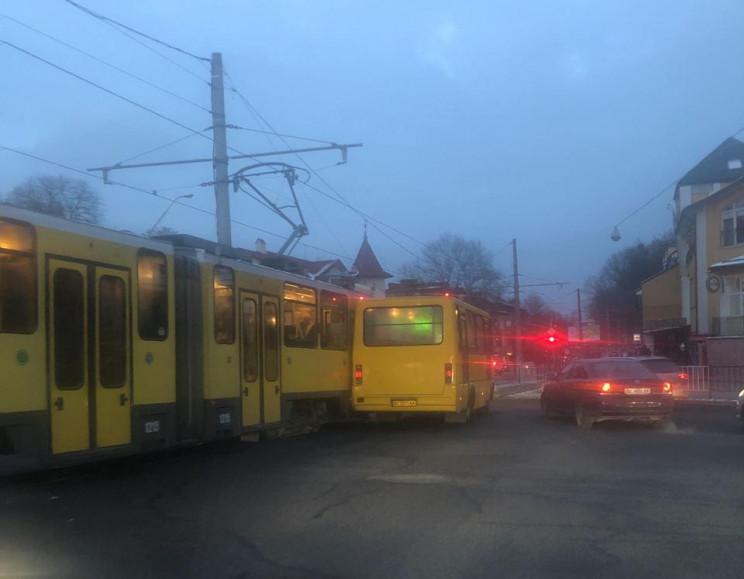 У Львові трамвай зачепив маршрутку (ФОТО…